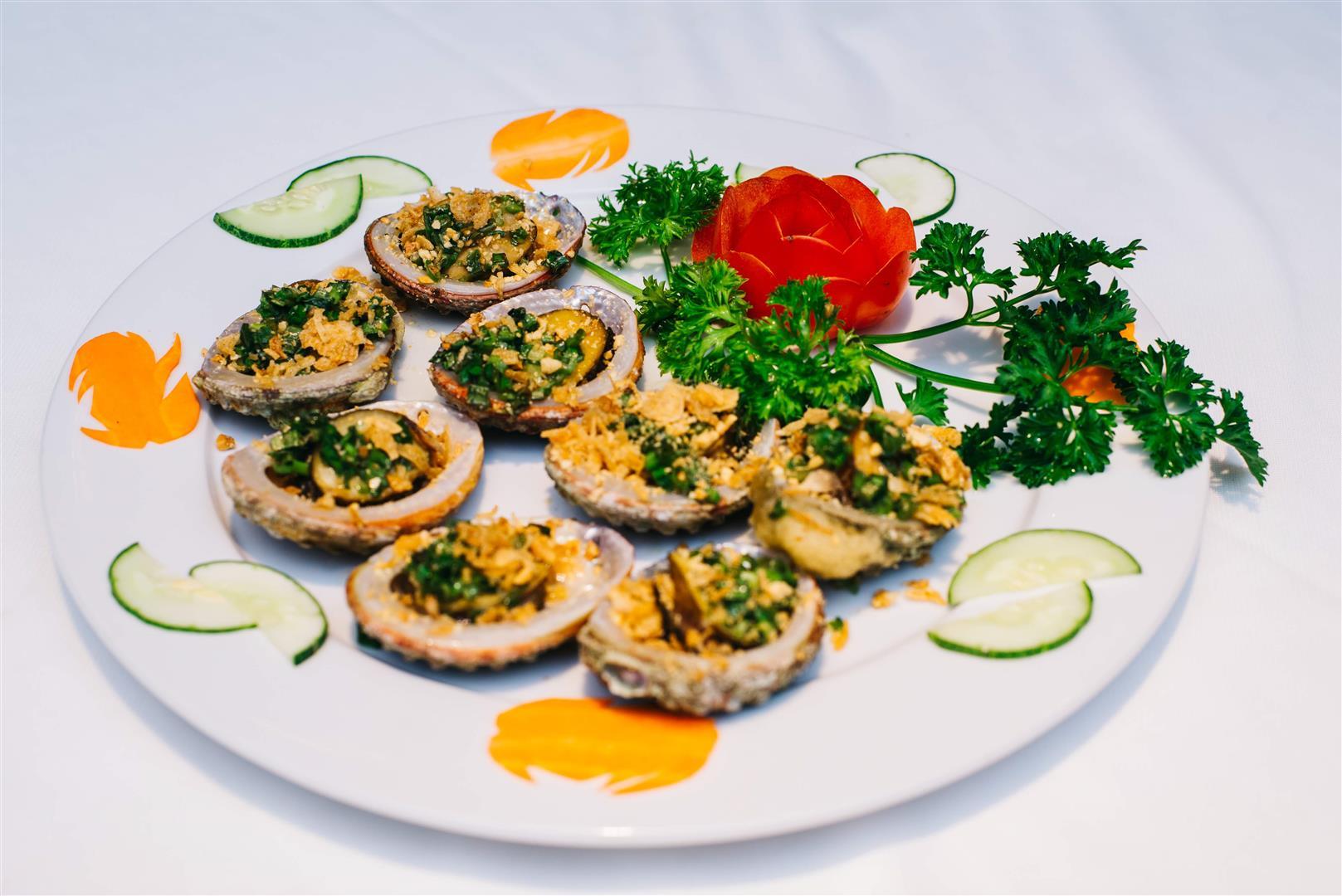 Bào Ngư Nướng Mỡ Hành / Abalone Grilled with onion and oil